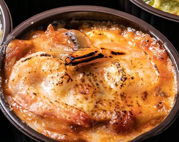 「ぷり海老のマカロニグラタン(390円/税込)定食はパン・サラダ・スープ付き」